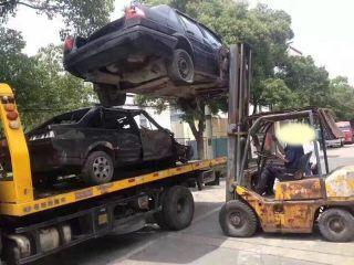 报废车装车拖入拆车厂